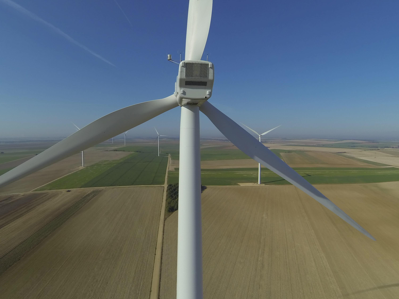 Vidéo : Vol de drone sur une éolienne